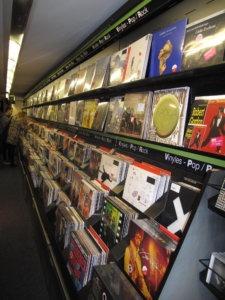 Vinyle : Back to basics ! les linéaires des magasins