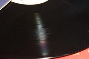 Le vinyle, une galette noire aux micro sillons
